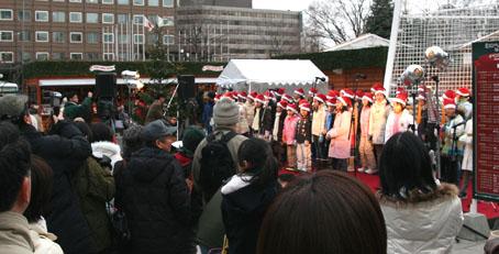 クリスマスソングを歌う子ら