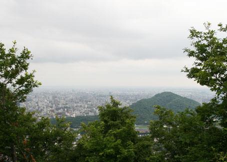 三角山から見える三角の山と札幌の町