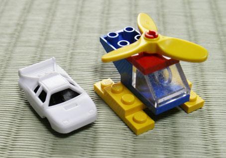 白い車とヘリコプター