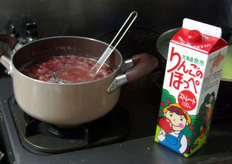 グスベリをリンゴジュースで煮込む