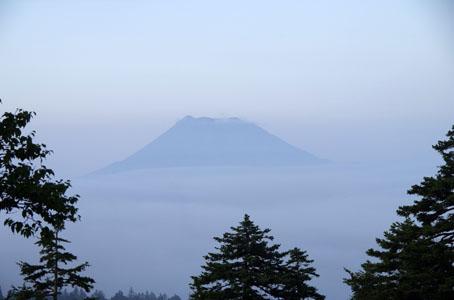 雌阿寒岳と雲海